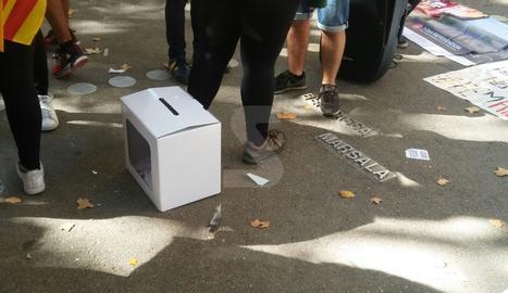 Una urna de cartró aquest migdia davant del Rectorat, abans de la manifestació.