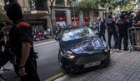 El vehicle que condueix el major dels Mossos, Josep Lluís Trapero, a la seva arribada a la reunió de comandaments policials convocada per la Fiscalía.