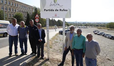 Autoritats i presidents de l'Horta, al costat d'un dels cartells.