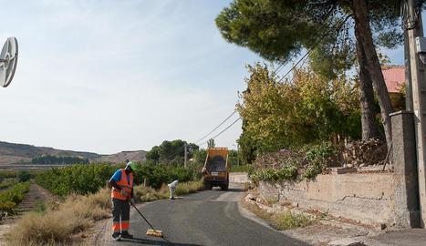 Treballs de reparació del camí del Secà de Torrefarrera, afectat per les obres de l'autovia.