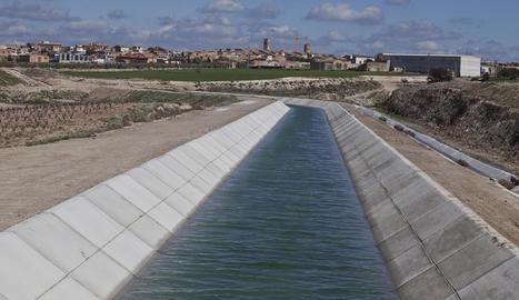 El canal principal del Segarra-Garrigues al seu pas per la localitat de Verdú.