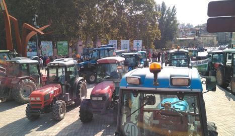 Tractors davant de la Fira de Sant Miquel aquest dijous al matí.