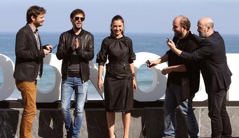 L'equip de 'Fe de etarras', amb Cobeaga i els actors, a Donosti.