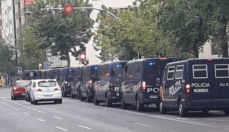 Una desena de furgonetes de la Policia Nacional, davant de l'Estonnac de Lleida