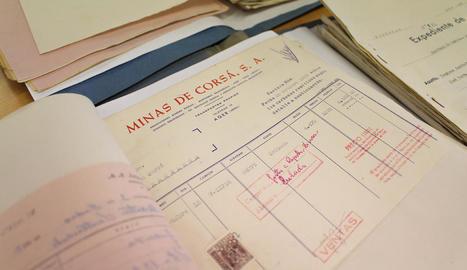 societat. Visita del Governador Civil a les mines, acompanyat de l'alcalde d'Àger, Josep Maria Vilà, fidel al règim de Franco, i una missa de campanya per Santa Bàrbara.