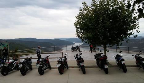 Algunes de les motos a Tiurana, ahir al matí.