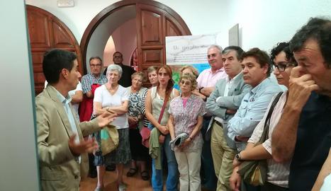 El comissari, Xavier Bermúdez, explicant l'exposició.