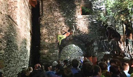 Una participant escalant una casa de la Vall de Boí.