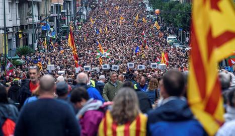 Milers de manifestants mostren a Bilbao suport al referèndum