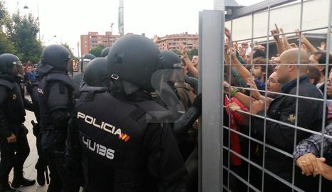 Ciutadans intenten bloquejar el pas dels policies nacionals a l'EOI.