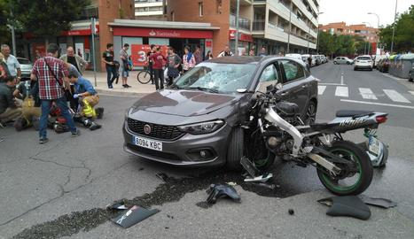 Una motocicleta va xocar ahir amb força contra un cotxe al carrer Corregidor Escofet de Lleida.