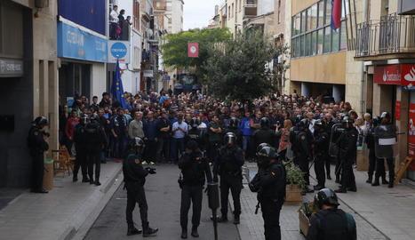 Desenes de veïns davant del cordó policial a Alcarràs.