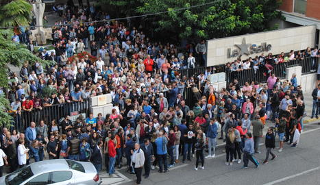 Centenars de persones, esperant al col·legi La Salle.