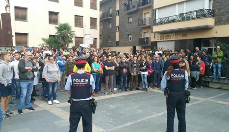 Veïns de la Seu d'Urgell, davant del punt de votació de La Cuina, abans d'iniciar la jornada.