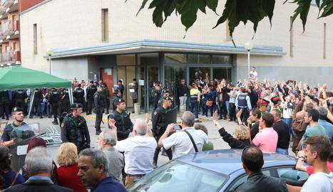 L'arribada de guàrdies civils davant de la Sala de Ponts.