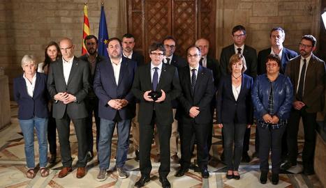 Carles Puigdemont va comparèixer amb tot el Govern després de la jornada atípica de votació.