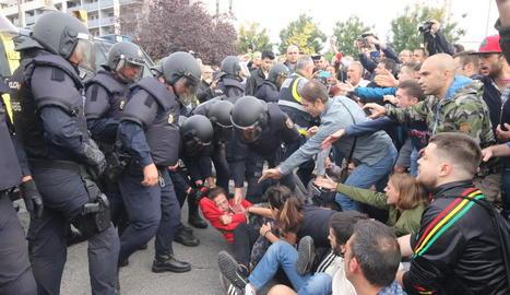 Els antiavalots van entrar per la força a l'EOI. A la imatge, una jove que oferia resistència pacífica, arrossegada sense miraments.