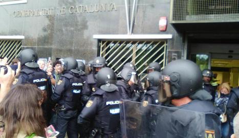 Imatges de les intervencions de Policia Nacional i Guàrdia Civil en col·legis electorals de Lleida.