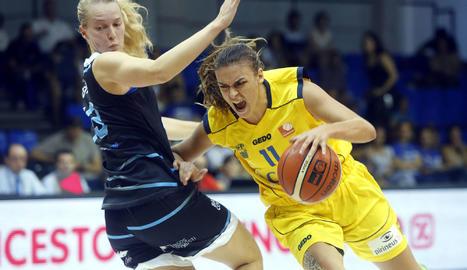 Ariadna Pujol intenta salvar la defensa d'Ellen Nystrom abans que hagués de retirar-se per lesió al tercer quart del partit disputat al Magariños.