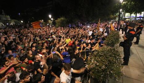 Més d'un miler de lleidatans es van concentrar ahir a la nit a la subdelegació del Govern central a Lleida.