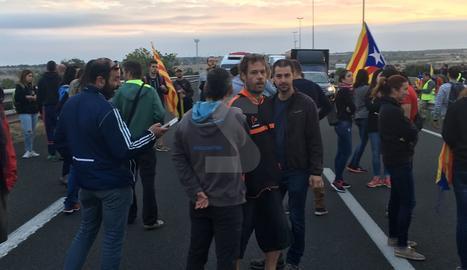 Una protesta talla l'autovia A-2 a Tàrrega aquest dilluns.