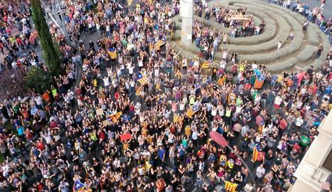 Vista de la manifestació al migdia a la plaça Ricard Viñes.