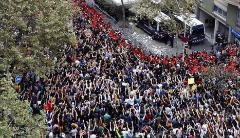 Manifestants ahir a Barcelona davant de la seu del Partit Popular de Catalunya.