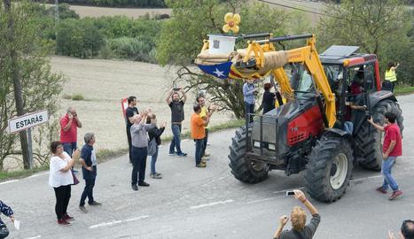 L'urna va arribar a Estaràs en un tractor aplaudit i fotografiat pels veïns.