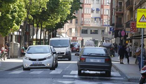 Vista del carrer Lluís Companys, amb una alta densitat de trànsit.