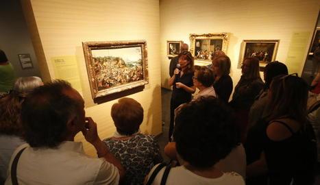 La comissària de l'exposició, Mayte García Julliard, va oferir ahir una visita comentada al nombrós públic que va acudir a l'acte inaugural.
