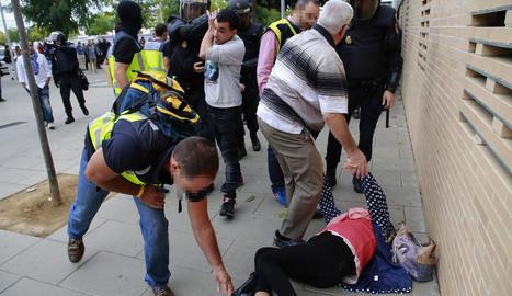 Una dona estirada a terra després de la càrrega al CAP de Cappont.