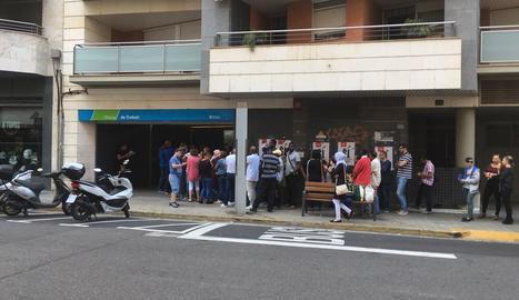 Imatge de la cua presa ahir a les portes de l'oficina del SOC a la ciutat de Lleida.