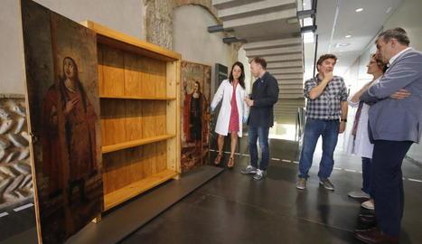 Presentació ahir al Museu de Lleida de la restauració de dos taules del XVII del Museu de Guissona, que eren portes d'un armari.