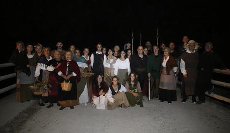 Actors i actrius en l'assaig general de l'obra, ahir a la tarda al Camí Vell d'Albatàrrec.