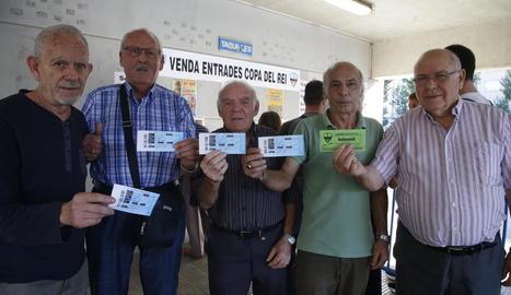 Un grup d'abonats i aficionats del Lleida mostraven ahir les seues entrades.