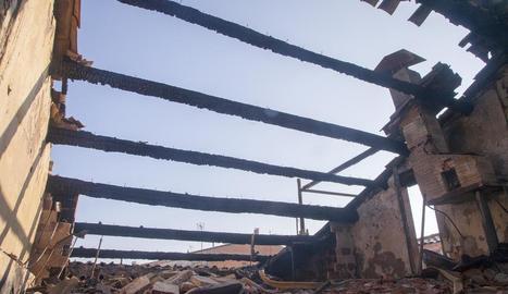 Així va quedar la teulada de l'immoble en el qual es va produir el foc.