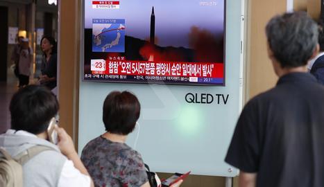 Ciutadans sud-coreans seguien per televisió un llançament de míssils balístics de Corea del Nord, el mes d'agost passat, a Seül.
