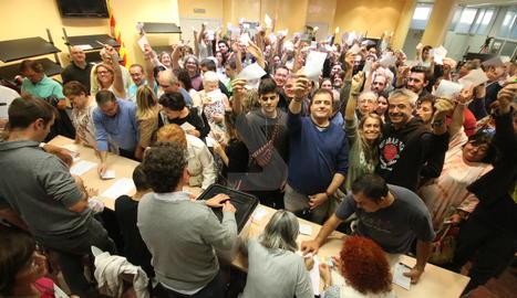 Gent votant en un punt de votació de Lleida ciutat.