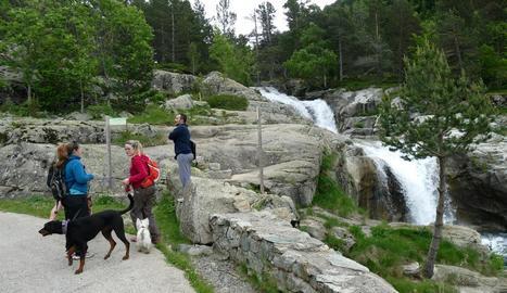 Turistes al Parc Nacional d'Aigüestortes, un dels principals reclams per al pont del Pilar.