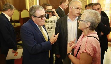Una dona va demanar explicacions a l'alcalde al finalitzar el ple.