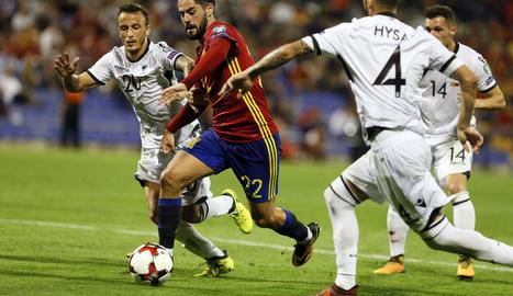 Isco Alarcón, envoltat de diversos jugadors albanesos, va tornar a fer un gran partit.