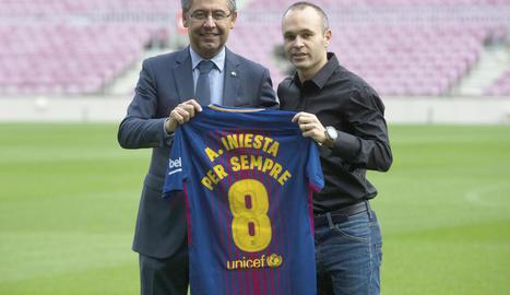 Josep Maria Bartomeu i Andrés Iniesta, ahir amb la samarreta commemorativa.