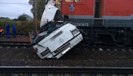 Un autobús es va calar al mig d'una via i un tren va esclafar el vehicle i va causar 19 morts.