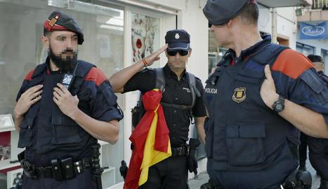 Un policia nacional saludant mossos aquesta setmana a Pineda.
