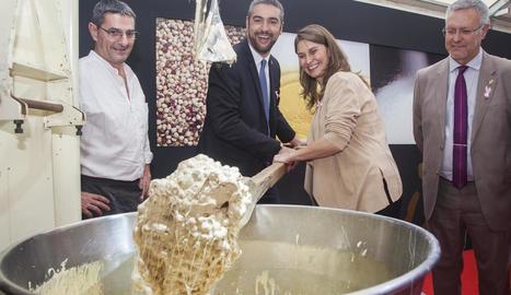 La consellera Meritxell Serret i l'alcalde d'Agramunt, Bernat Solé, barregen ingredients del torró.