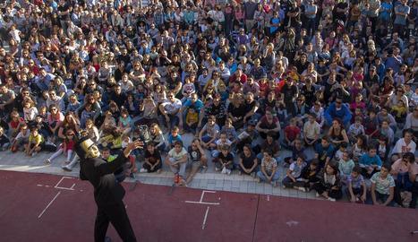 L'actuació inaugural de 'Frankie', a càrrec d'Enric Magoo, va aconseguir omplir fins a la bandera la plaça Prat de la Riba.