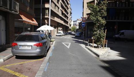 Aspecte actual del carrer Ramon Castejón, amb un tram renovat i un altre d'antic.