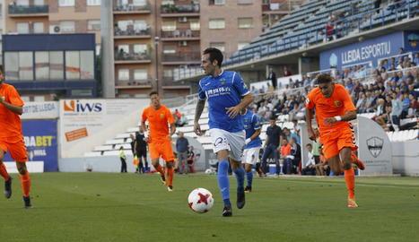Un jugador del Lleida conduce el balón durante el partido.