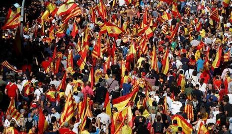 Las manifestación, llena de banderas españolas.