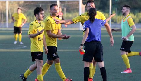 Els jugadors de l'EFAC Almacelles van protestar a la col·legiada el penal que, al final, els costaria els tres punts.